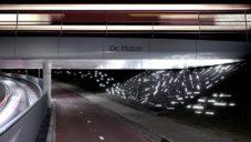 Nizozemec vytvořil u cyklostezky pod přejezdem světelnou instalaci aktivovanou vlakem