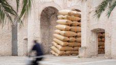 Ve španělském městě byla vztyčena socha ze 120 pytlů