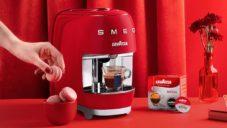 Smeg se spojil s Lavazza a vytvořili kávovar s ikonickým retro designem