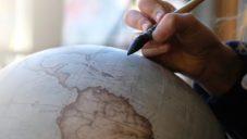 Bellerby & Co v Londýně ručně vyrábí a malují glóbusy na zakázku