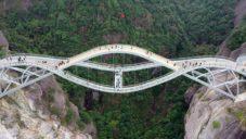 Zvlněný most Ruyi nad údolím Shenxianju je z velké části prosklený