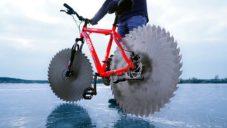 Američan postavil jízdní kolo s kotoučovými pilami místo kol