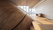 Lan Villa má tři podlaží a originální klenutý strop obložený dřevem