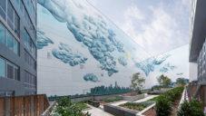 Ve vnitrobloku v New Yorku vznikla 39 metrů vysoká nástěnná malba oblaků