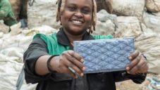 Mladá podnikatelka z Keni vyrábí z vytříděného plastu a písku odolné cihly