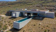 Do řeckého svahu byl zapuštěn dům Lap Pool House s vyhlídkovým bazénem