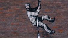 Banksy natočil video o malbě utíkajícího vězně na stěnu bývalé věznice