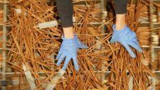 Kanadská firma vyrábí z vyhozených dřevěných hůlek stoly i poličky