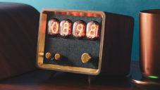 Retio je malý reproduktor s budíkem ukazujícím čas přes výbojky Nixie