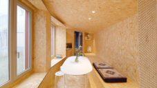 Odkladiště mezi dvěma vilami se proměnilo na miniaturní apartmán pro návštěvy