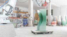 Philipp Aduatz vyrábí 3Dtištěný nábytek s barevnými přechody