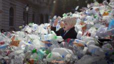 Greenpeace zasypali v animaci Wasteminster britského premiéra plastovým odpadem