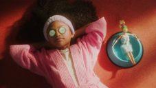 Mattel začal vyrábět panenky Barbie z 90 procent z plastu vyloveného z moře