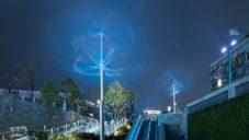 Vincent Leroy vytvořil kinetickou instalaci Floating Lines z modrých linií
