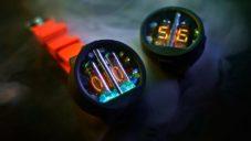 Nixoid jsou náramkové hodinky se dvěma znakovými výbojkami nixie