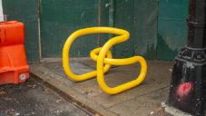 Nikolas Bentel vytvořil z trubkové oceli extravagantní křeslo Loopy Chair