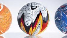 Craig Black polil fotbalové míče barvami států účastnících se šampionátu Euro 2021