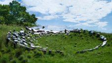 Sarah Sze vytvořila v krajině lesklou instalaci padlých nebes Fallen Sky