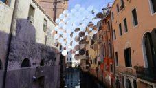 Vincent Leroy zavěsil nad kanálem v Benátkách instalaci z desítek čoček