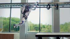 Boston Dynamics natočilo dva roboty Atlas bravurně skákající parkour