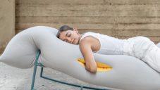 Yali Paz navrhla houpací lehátko s otvory pro dolů visící ruce