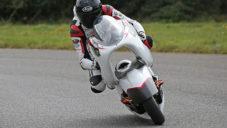 Britové vyvinuli funkční závodní motorku s velkou dírou uprostřed