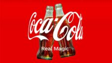 Coca-Cola má nové objímající logo pro reklamní kampaně