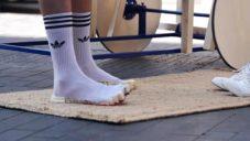Izraelský designér navrhl boty Pixel Shoe aplikované jako podrážka na ponožky